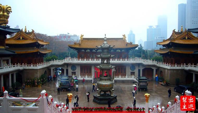 靜安寺內有大雄寶殿、天王殿、三聖殿三個主要建築