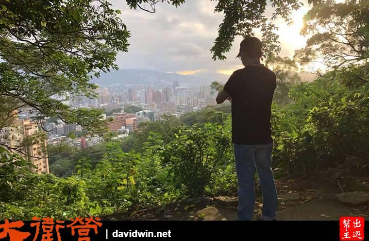 一路上有許多位置可以俯瞰台北市的景致,這一刻先前流再多的汗水也值得了
