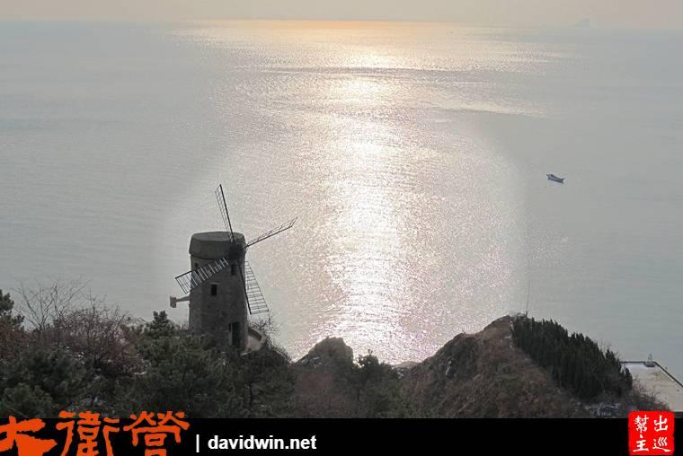 陽光打在海面上,加上岸旁的風車,這一幕看起來真舒服