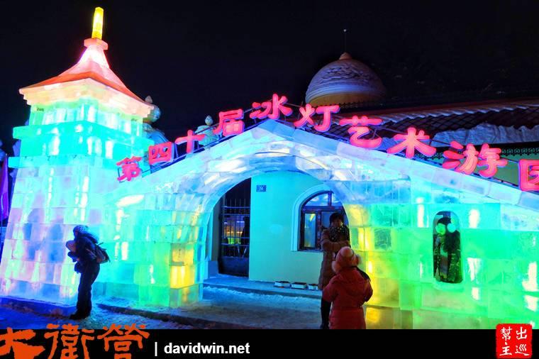 夜裡的哈爾濱,到處都有機會見到冰雕