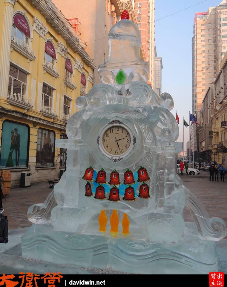 街上正在緊鑼密鼓的進行大量的冰雕、雪雕佈置