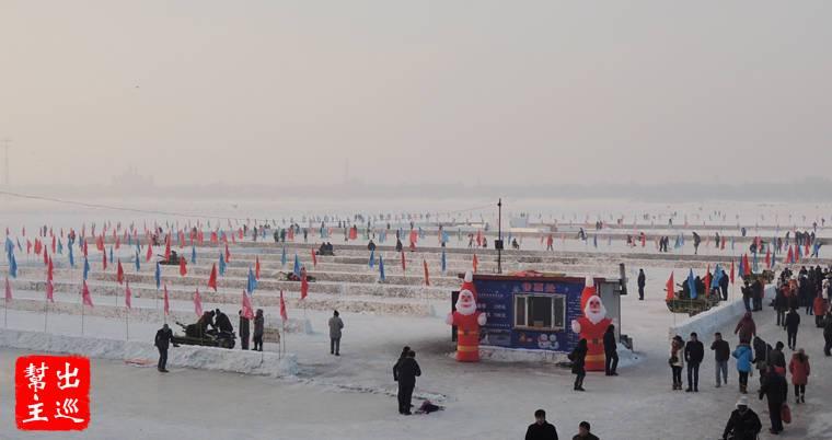 松花江整個冰封,上面有各類遊樂活動,滑冰、狗拉雪橇、溜滑梯