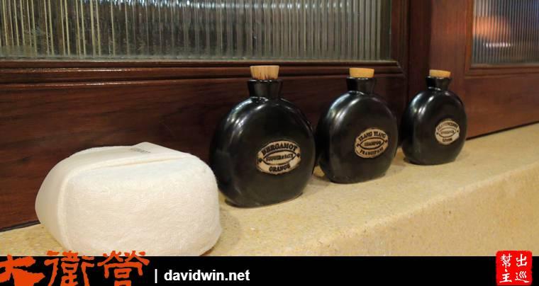 洗髮精、沐浴乳、乳液用了陶罐來安裝