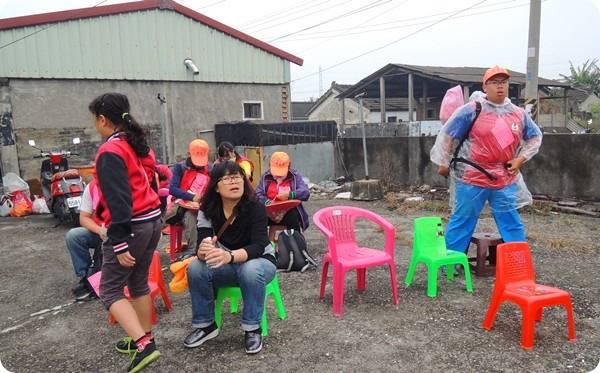 沿路的住家也會提供椅子讓信眾可以歇歇腿