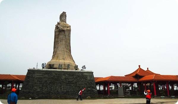 媽祖景觀公園的媽祖神像,據說是遙望福建湄州的媽祖