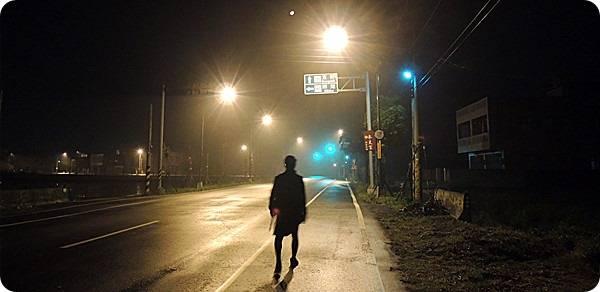 大半夜的,兩個大叔默默的走在冷清清、空曠礦的道路上