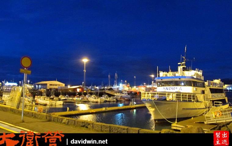 終於來到了首都,晚上沿著熱鬧的大街晃到港口邊