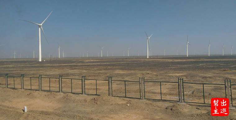 火車行經瓜州,窗外盡是大風車,你見識過幾萬隻風力發電風車同時在荒漠上運轉的模樣嗎