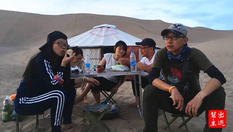 中國各地旅行流浪的人們,離家超過三個月半年,在敦煌巧遇,然後有人繼續往北去新疆,有人南往青海,有人準備入藏