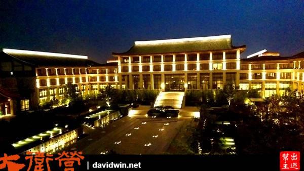 晚上亮燈後的宮殿,更是美的令人窒息