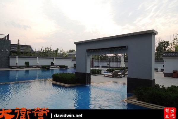 泳池與古意建築毫無違合感的融合在一起