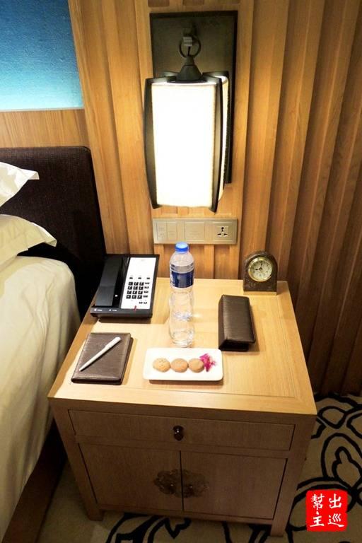 床頭的設施,相信你也看到了重要的插座,躺在床上邊充電邊滑手機沒問題!