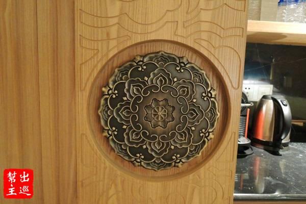 帶有花瓣圖騰的銅logo,有著古風設計的味道