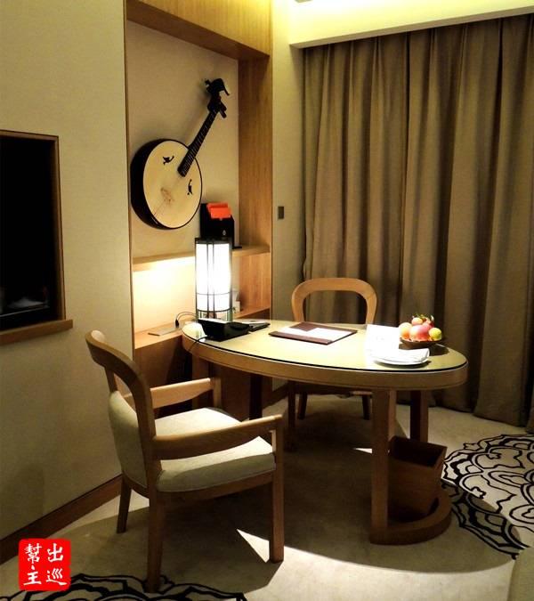 工作桌旁有古箏裝飾,整個環境的雅緻感立刻就凸顯