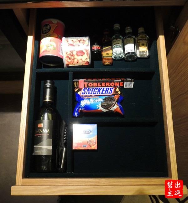 小冰箱旁邊的抽屜內,什麼都有,從零食到各種杯具