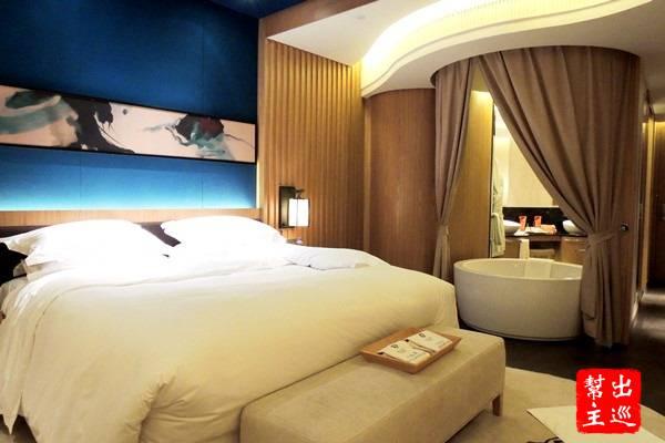 房間超浪漫的吧?開放式浴缸,整個就很適合情侶一起來啊