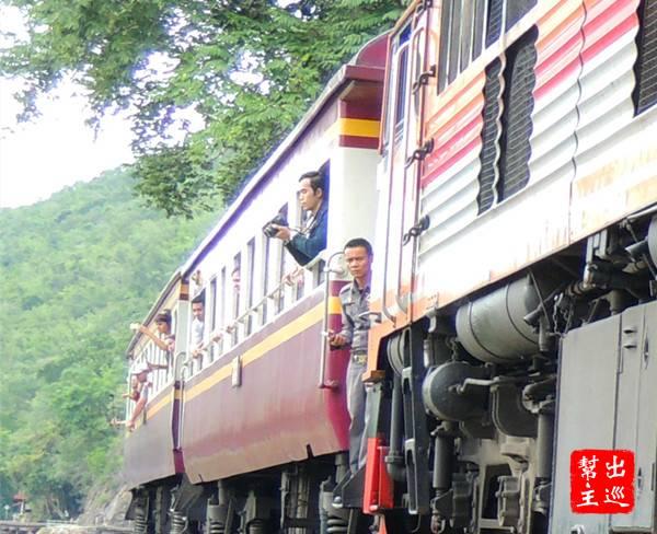你可以看到許多人是搭火車來體驗,這時候都紛紛探出頭欣賞或拍照