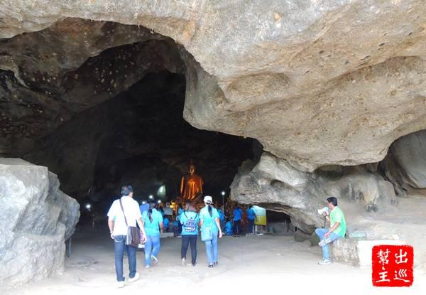裡面是個大石洞空間,也有佛像吸引了很多信徒來參拜