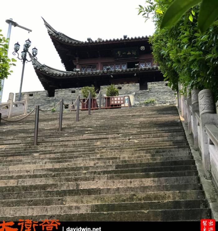 我抬頭看看這段長長的樓梯,面有難色
