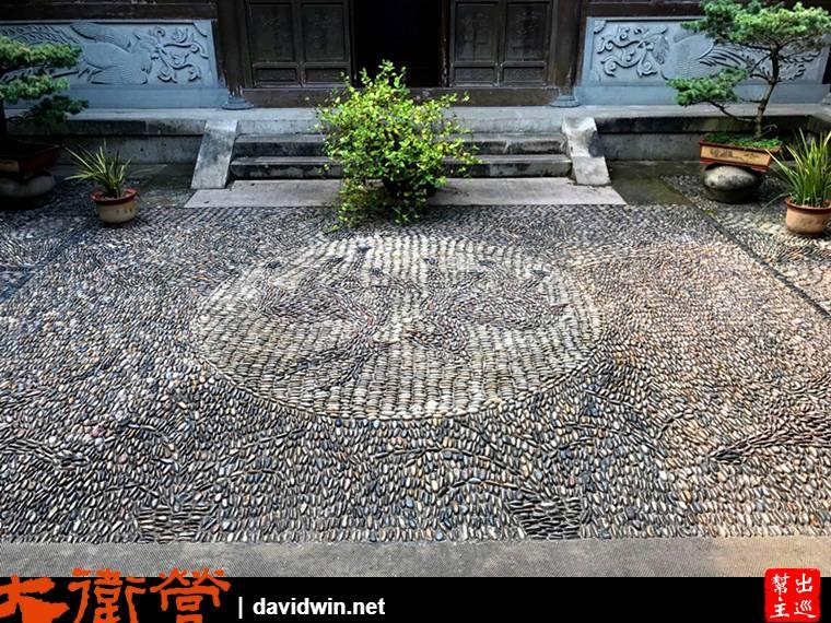 有著天井,地面以石頭排列出特色圖騰