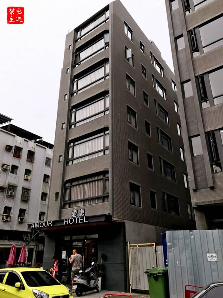 這棟在住宅區內的建築就是愛戀旅店啦,從位置與設計上來看,當初應該也是要做成套房式的建案