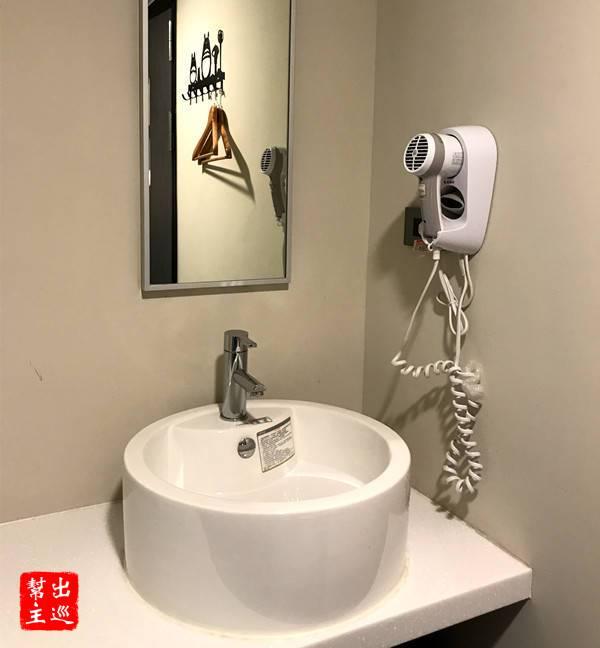 吹風機與洗臉台
