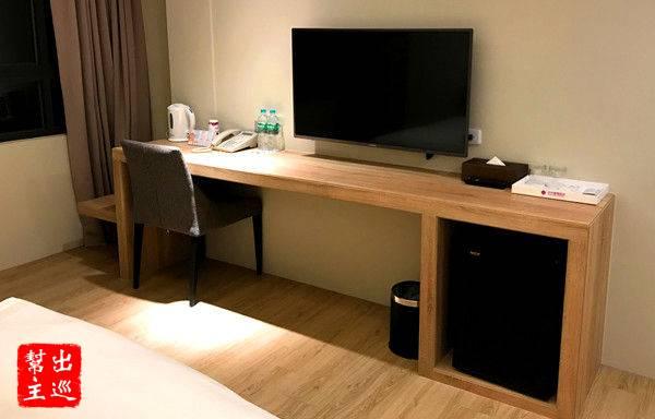 書桌的配色與地板一致,簡單卻什麼都不缺