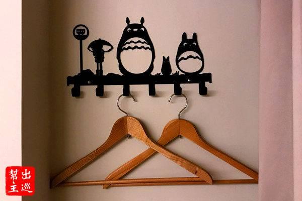 房間內唯一的裝飾大概就是這個龍貓造型的衣架了