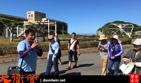 在郭老師的帶領下,一群人沿著磺港漁港漫步