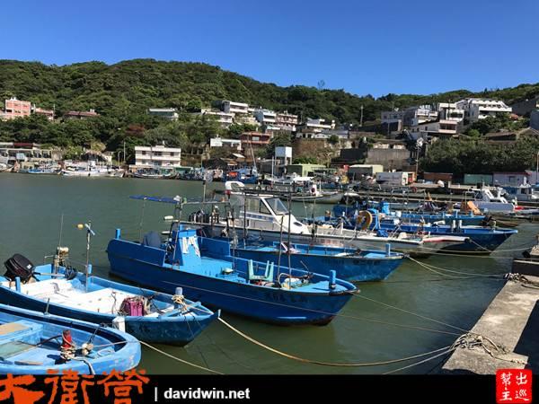 許多大大小小的漁船停泊在港口內,當地漁民基本上都是傍晚才會出海