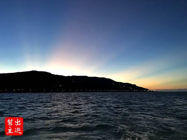 漸漸的,太陽要落山了,能在海上欣賞這樣的落日美景也是醉了