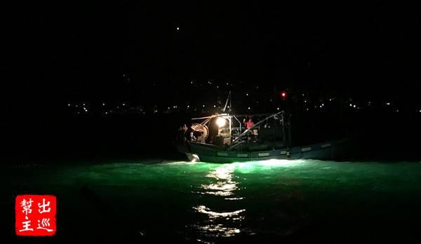 靠近部分的漁船,近距離的欣賞不同的魚法