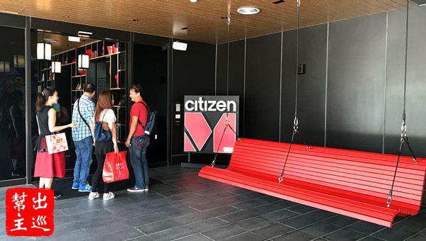 CitizenM 世民大門有張大大的吊椅