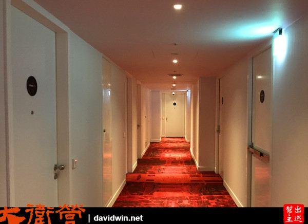 紅色的地毯與白色系的大門