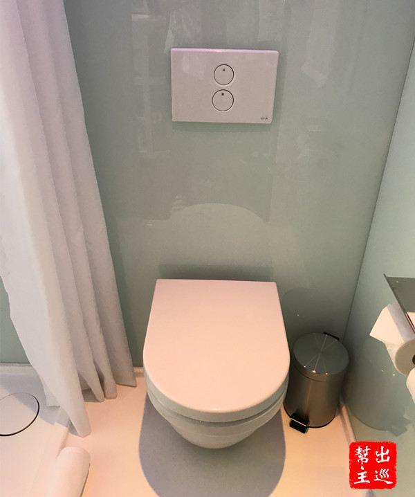 淋浴的空間,並且以浴簾隔斷,旁邊就是馬桶