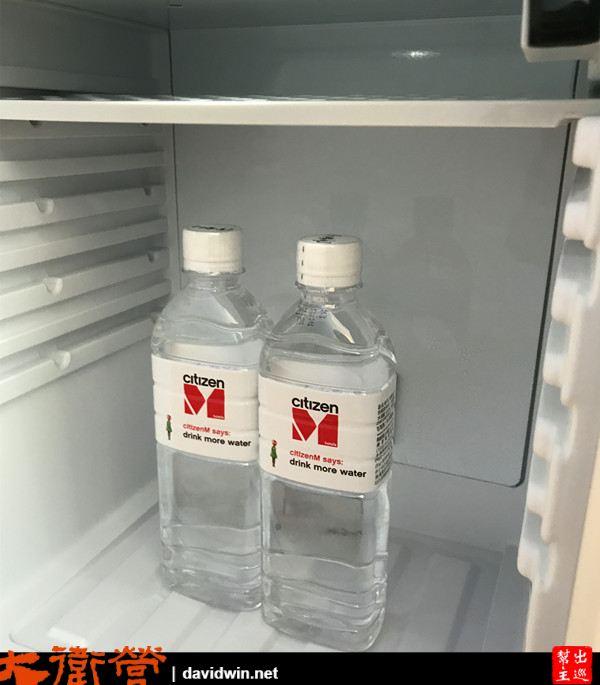 冰箱則是提供了兩瓶飲用水