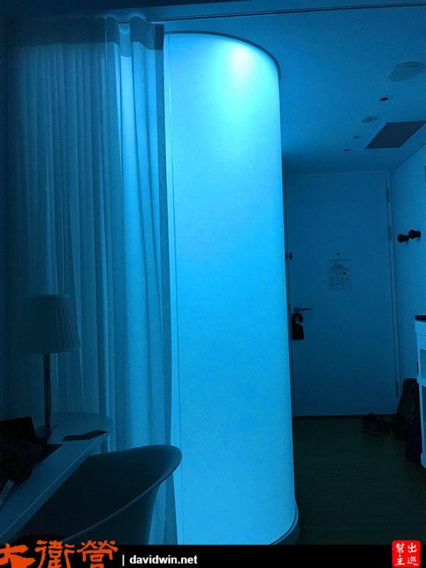 衛浴空間採用了可變色的冷光系統,你可以自己調整喜愛的顏色