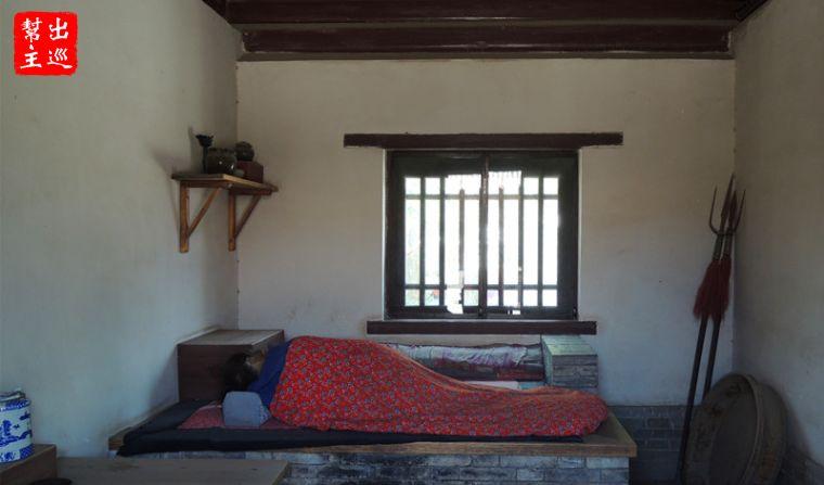 東耳房,陳設簡陋,是守門士兵的住所