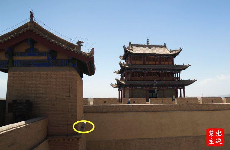 把這塊磚放在西翁城『會極』門樓的後檐台上,作為對工匠們的紀念