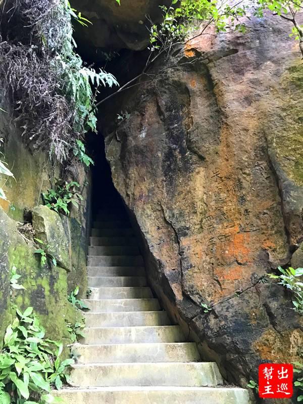 從一線天的另一頭出來,從這裡再回望剛剛穿過的石壁