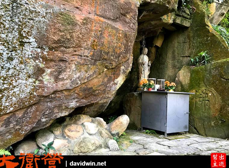 地藏王像,有意思的是在他的下方,岩石底下竟有一隻聽法的烏龜