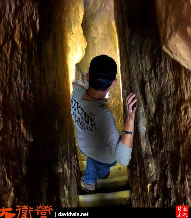 階梯真的很陡,兩側的巖壁也非常貼臉,走起來還是需要戰戰兢兢