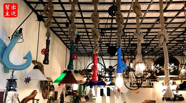 燈具也可以玩創意,麻繩、水管組合出了粗礦中帶有奇妙幻想的吊燈