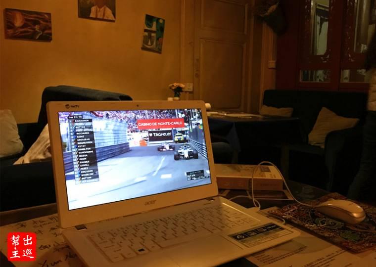 在香格里拉的客棧看著方程式賽車