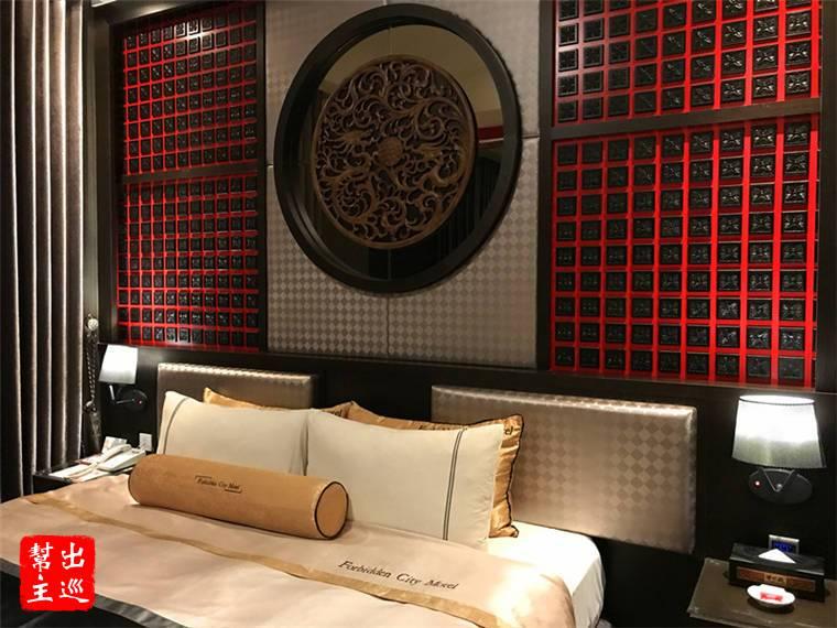 紅黑色調的牆體雕飾,龍紋的圖騰,床上用品的感覺也不賴