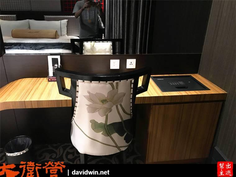 木質的書桌一體成形的設計,大大的蓮花圖案椅子,整體風格營造的就很中國風