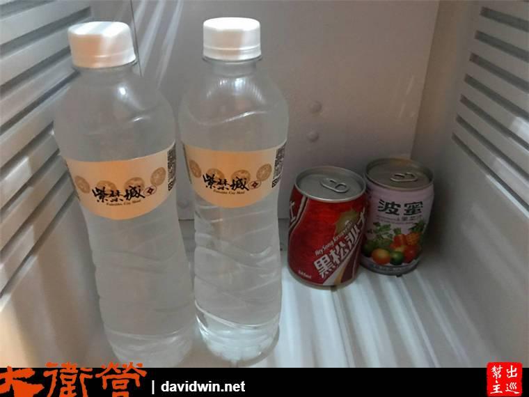 冰箱內則有礦泉水與兩罐飲料,都是免費提供給住客的