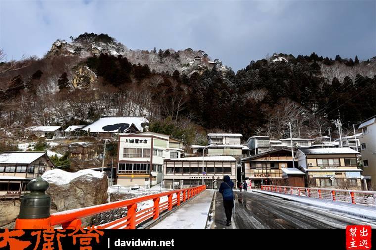火車站前直直走,跨過一座橋,因為下了幾天的雪,路上非常的濕滑