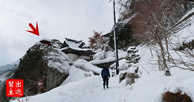 立於山中岩石上的紅色小亭,畫面感超強的,特別是在雪色之中,更顯特別