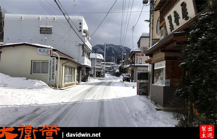 大雪後的小鎮,除了厚厚的積雪,小鎮的商店都沒開門